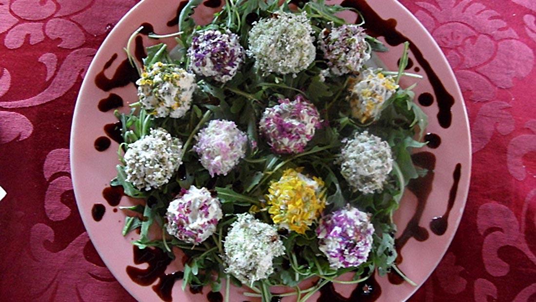 Elfenkugeln aus Frischkäse und Blüten