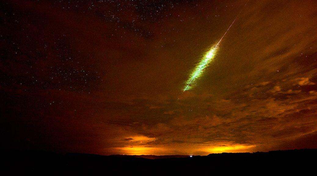 Eine riesige Sternschnuppe zieht über den Himmel - Zeit für ein Wunsch-Ritual
